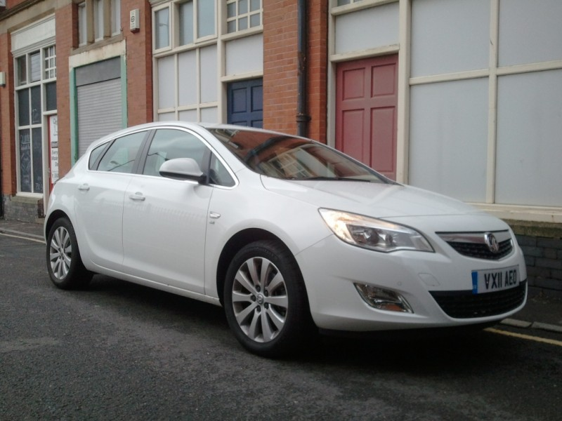 Vauxhall Astra 20 CDTi ecoFLEX 5-door hatch SE road test review by Oliver Hammond - external 4
