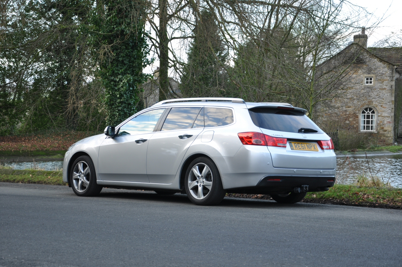 Honda Accord Tourer 2-2 i-DTEC EX Automatic road test review by Oliver Hammond - photo - Cracoe Pond 1